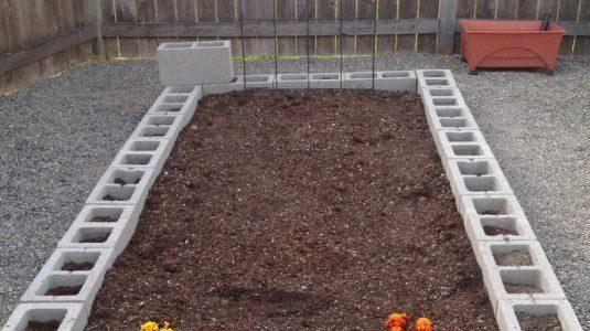 Pat pentru legume construit in curte betonata