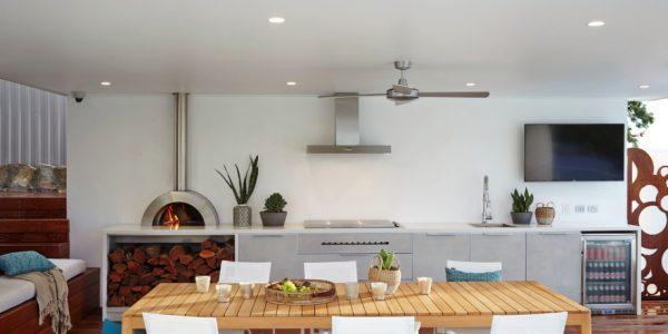 Bucatarie de exterior moderna cu cuptor cu lemne masa de lemn scaune albe