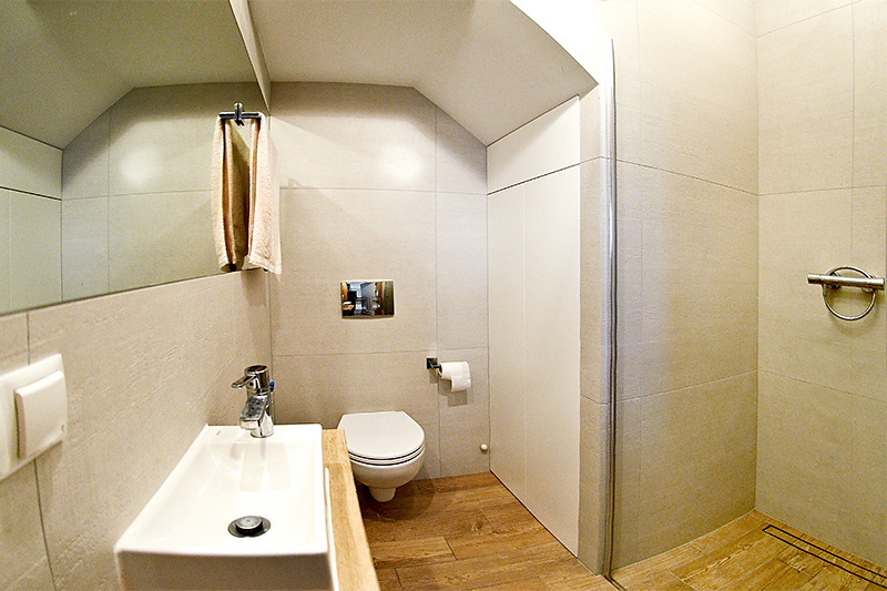 Amenajare baie mica cu tavan cu forme neregulate