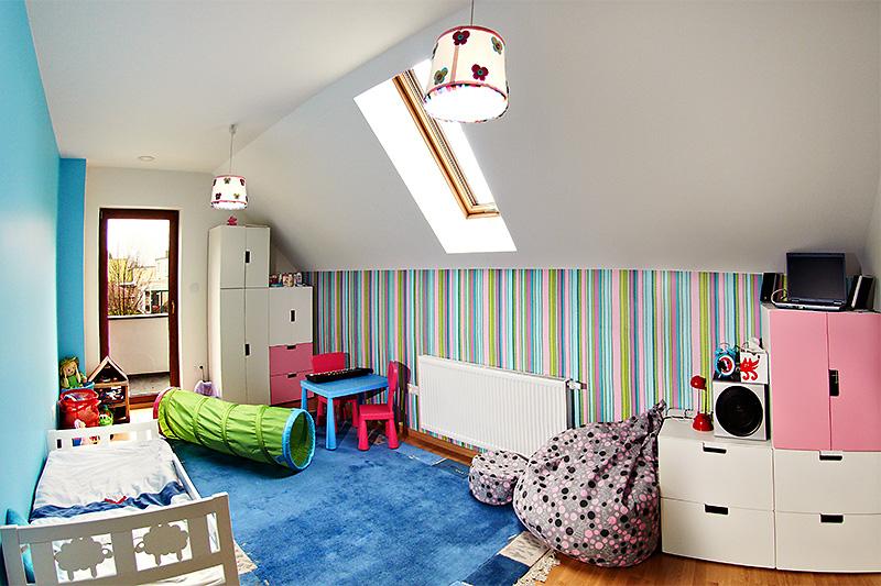 Camera de copii amenajata la mansarda