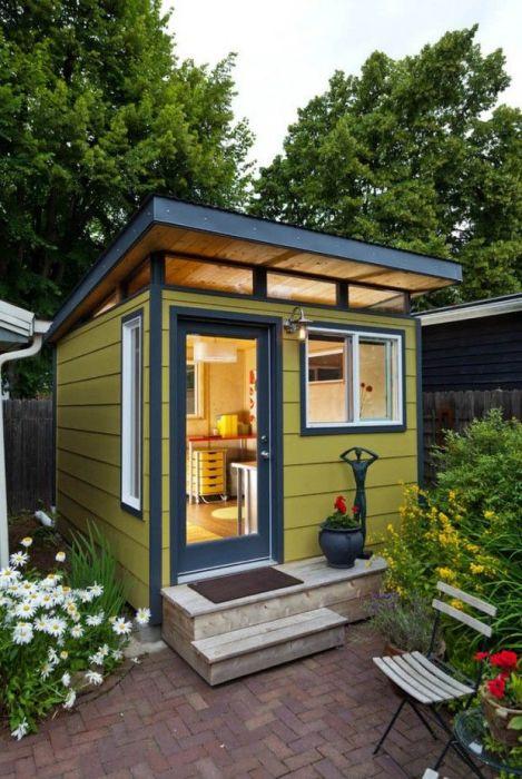 Casa mica din lemn colorata in galben