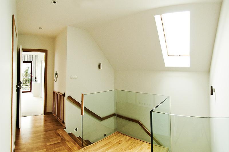 Casa scarii cu balustrada de sticla