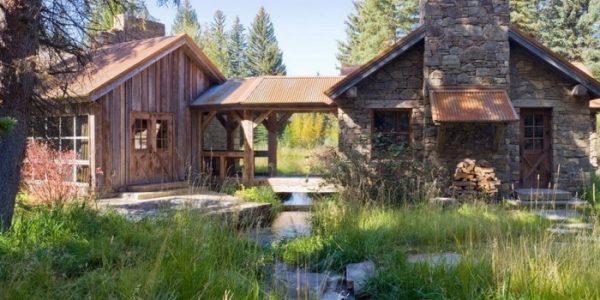 Combinatie de casa construita din lemn si piatra