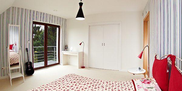 Dormitor mic amenajat cu tapet