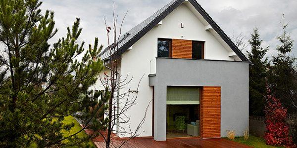 Fatada casa cu terasa de lemn