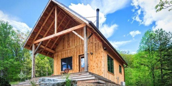 casa la tara facuta din materiale naturale