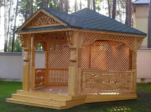 Foisor de lemn cu decoratiuni