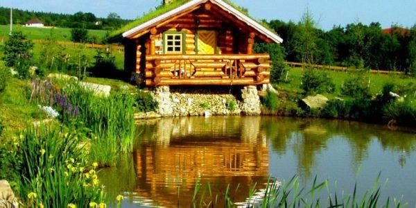 Foisor de lemn langa lac
