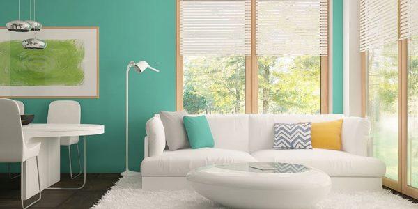 Living cu pereti verzi si canapea alba