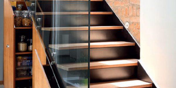 Scara interioara lemn cu balustrada de sticla