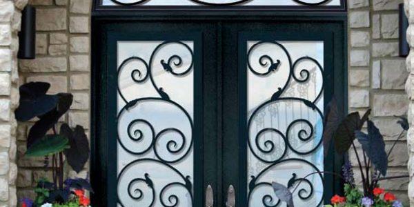 Usa de intrare cu decoratiuni de fier forjat