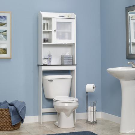 Baie cu dulap deasupra vasului de toaleta