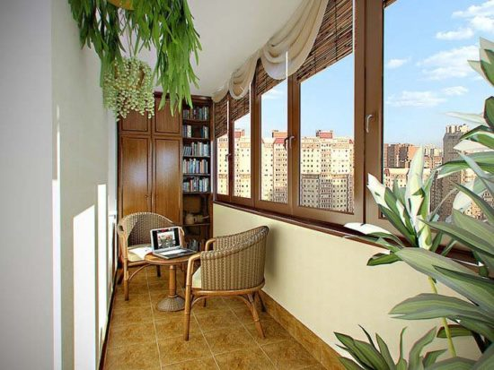 Balcon cu biblioteca si masa de cafea