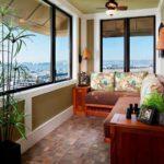 Balcon cu geamuri mari si canapea