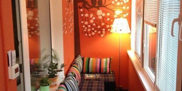 Balcon mic cu canapea