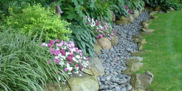 Bordura gradina cu pietre gri