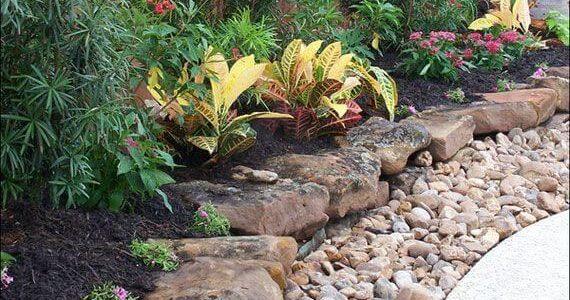 Bordura gradina din pietre mari si mici
