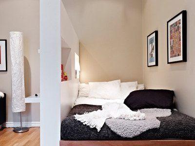 Dormitor cu pat pe platforma inaltata