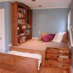 Dormitor cu pat sub platforma inaltata