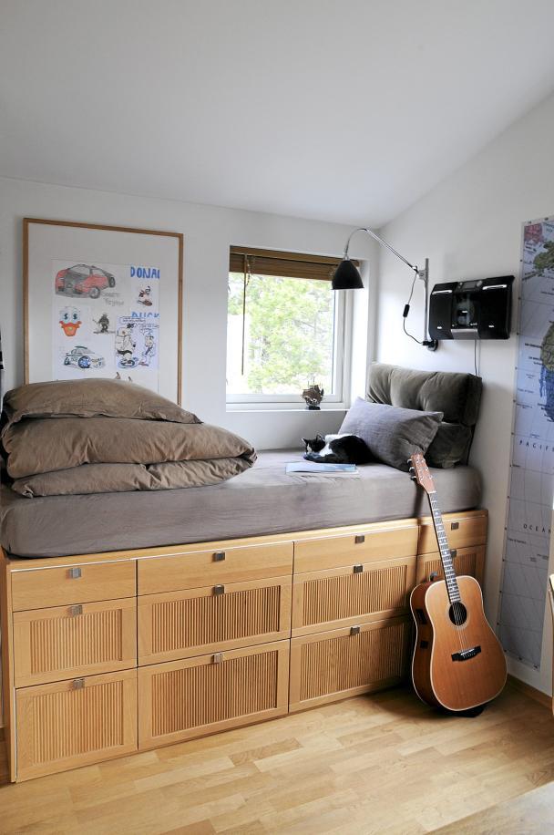 Dormitor modern cu pat pe platforma inaltata