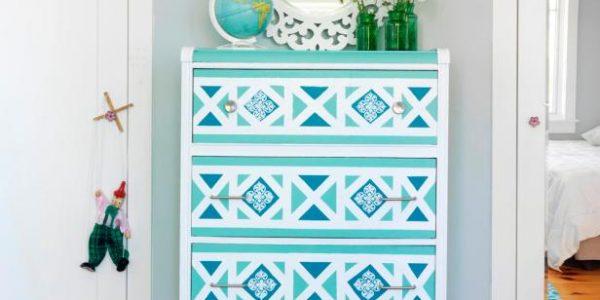 Dulap albastru decorat cu forme geometrice