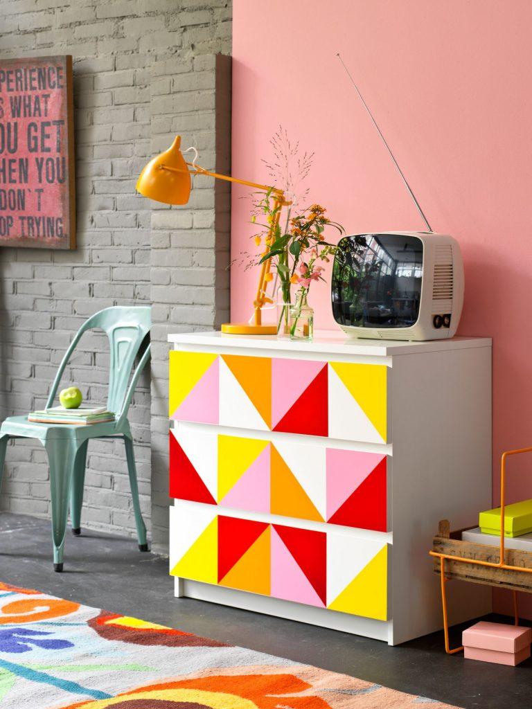 Dulap colorat decorat cu forme geometrice