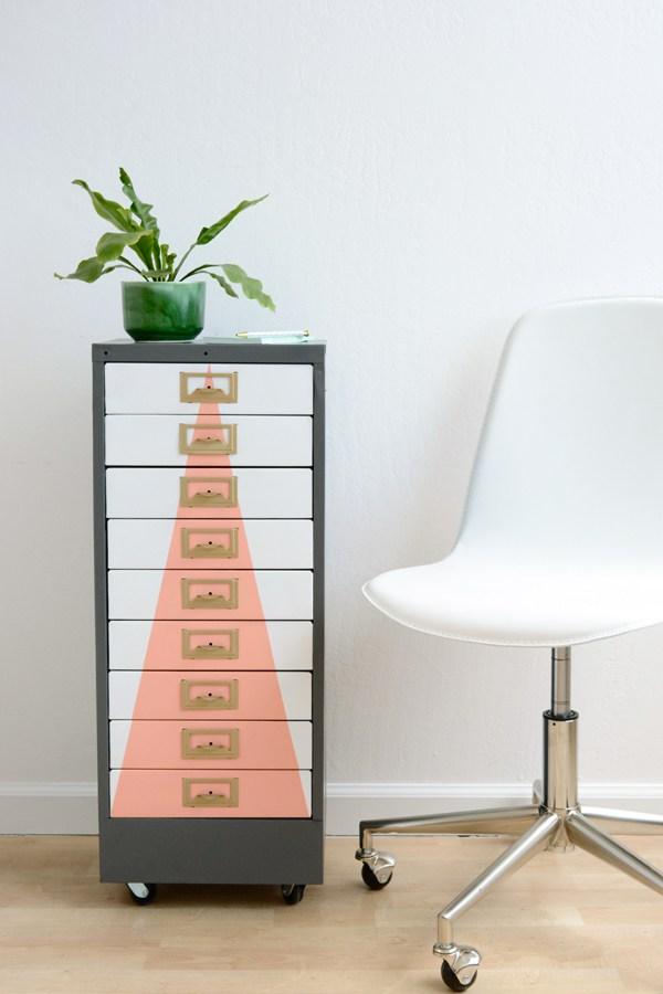 Dulap decorat cu forme geometrice