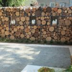 Gard cu plasa si lemne de foc