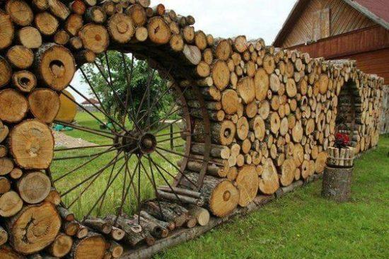 Gard decorativ din lemne de foc