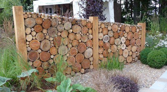 Gard frumos din trunchiuri de copac