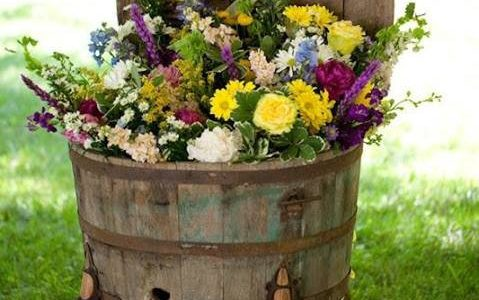 Ghiveci de flori din butoi de lemn