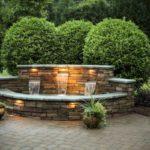 Gradina cu cascaca si arbusti ornamentali