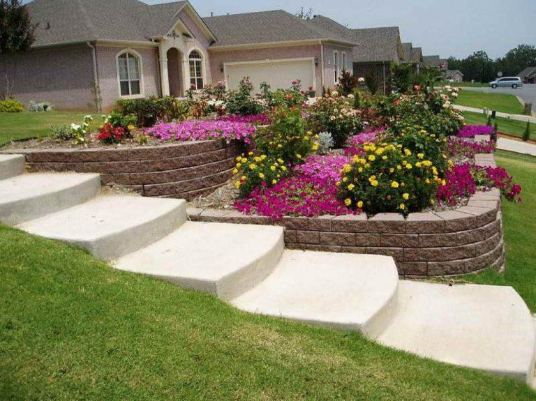 Gradina din fata casei cu trepte si flori