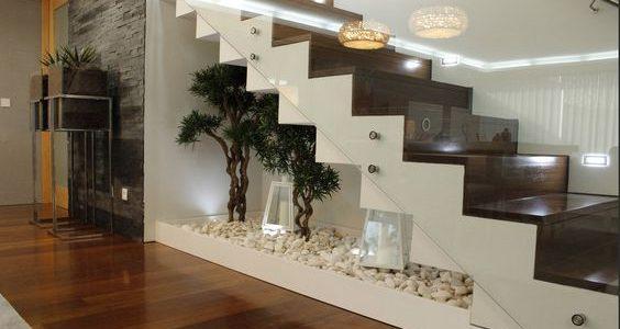 Gradina eleganta sub scari