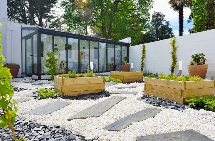 Gradina moderna cu alee din piatra