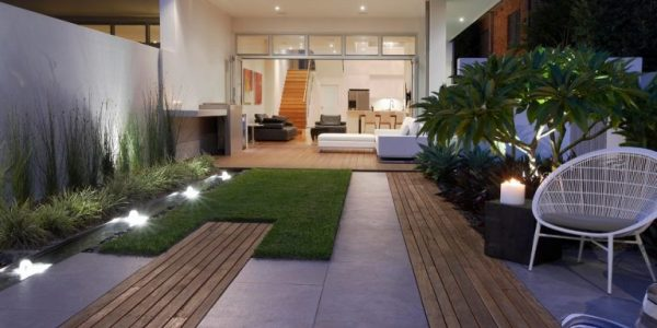Gradina moderna cu alei de lemn si ciment