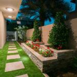 Gradina moderna cu gazon si flori