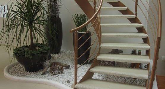 Gradina sub scari cu ghivece de plante