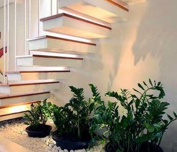 Gradina sub scari cu vase de plante