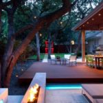 Grdina moderna cu terasa din lemn si lumini