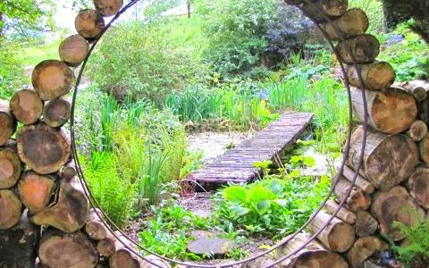 Intrare circulara gradina cu trunchiuri de copac
