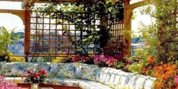 Pavilion de gradina cu canapea si flori