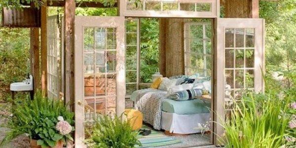 Pavilion de gradina de sticla cu canapea