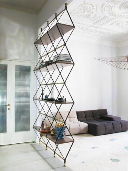 Separator living cu rafturi cu forme gemetrice