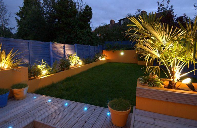 Spoturi lumina terasa si gradina