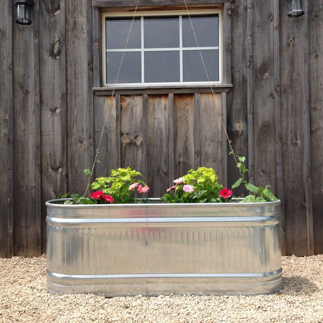 Recipient din aluminiu transformat in jardiniera pentru flori