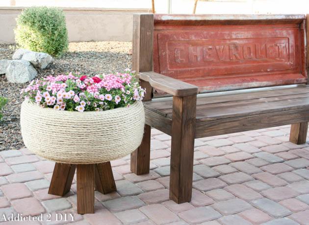Vas de flori mare infasurat in franghie