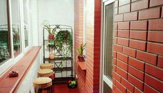 Balcon decorat cu caramida aparenta