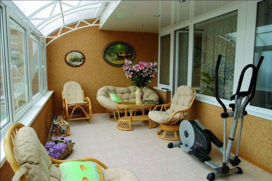 Balcon mare cu canapea si fotolii