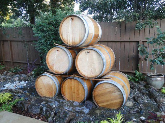 Cascada din butoaie de lemn